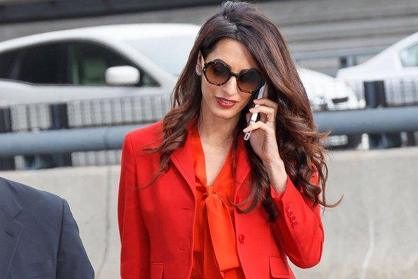 Как одеваться в офис: уроки делового стиля от Амаль Клуни